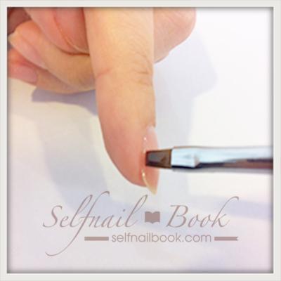 ネイルのベースジェルの塗り方|手順と爪のサイドまで塗る方法を伝授4